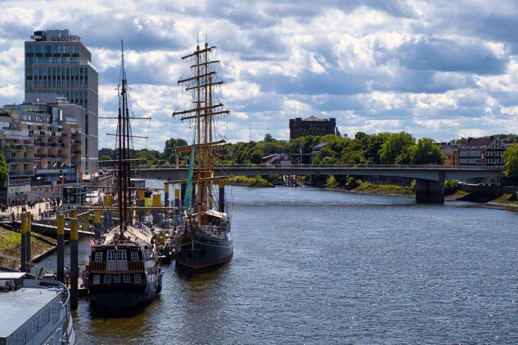 Panoramabild mit zwei Schiffen auf der Weser in Bremen