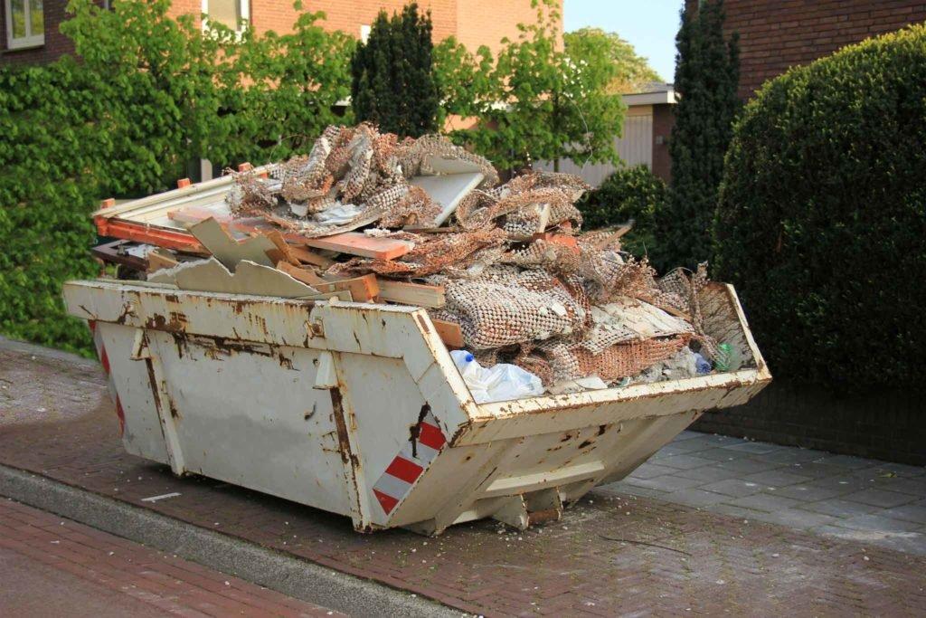 Abfallmulde mit Müll aus einer Haushaltsauflösung